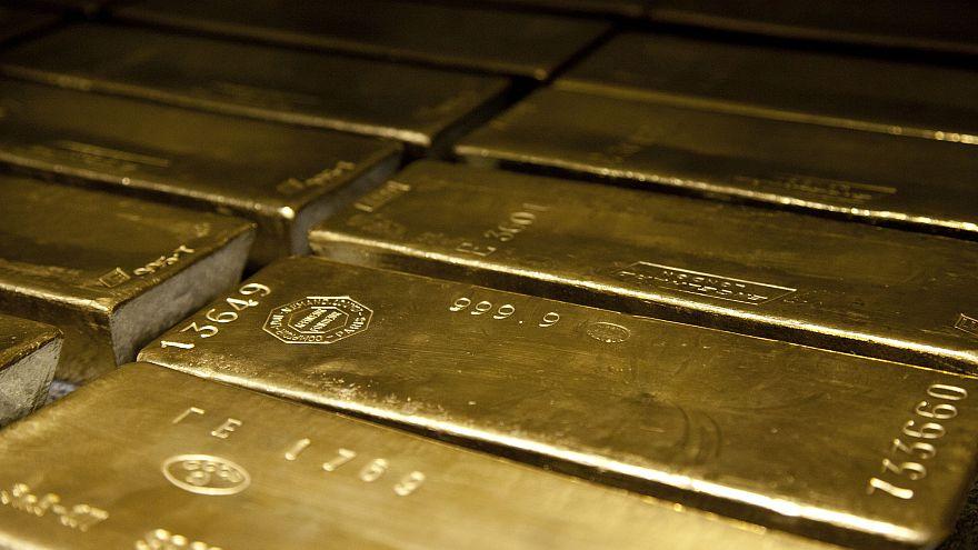 Encuentra 22 lingotes de oro y los entrega a la policía