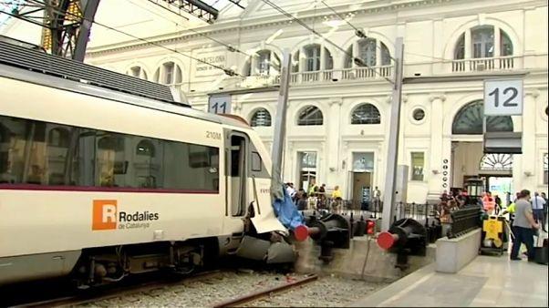 إصابة 54 شخصاً في اصطدام قطار ركاب بحاجز في محطة ببرشلونة