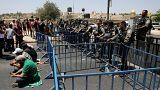 Muçulmanos rezam no exterior de Al-Aqsa
