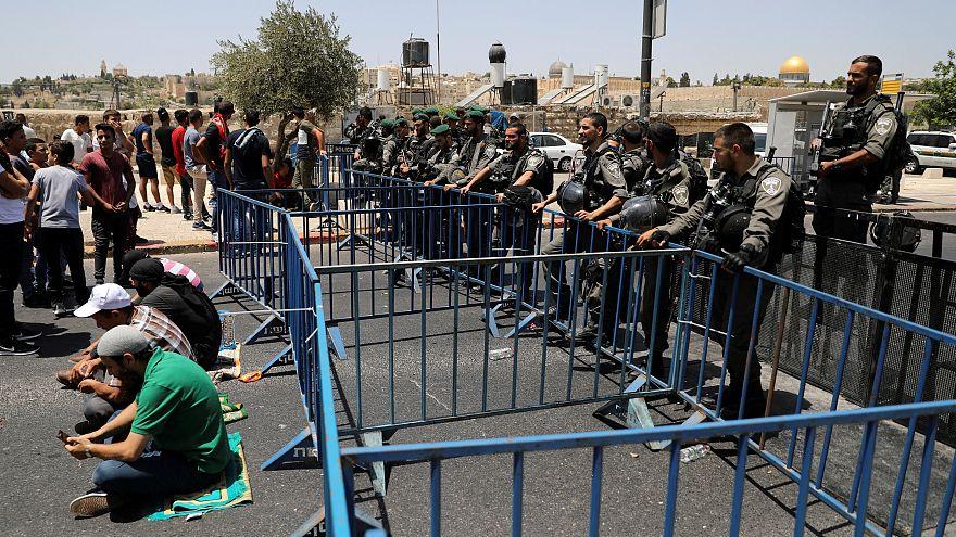 عشرات الفلسطينيين يجتمعون خارج المسجد الأقصى