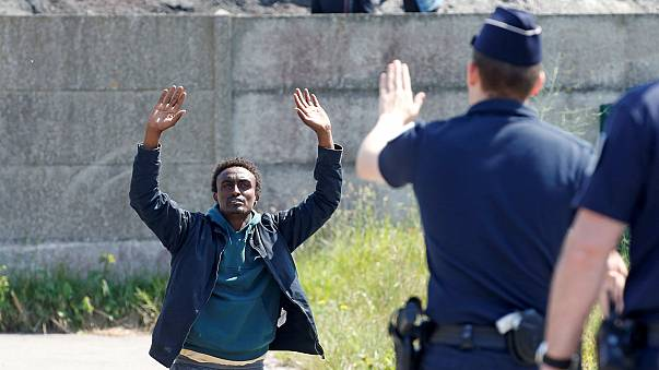 Мигранты в Кале жалуются на жестокость полиции