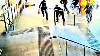 Австралийские полицейские гасили манифестанта