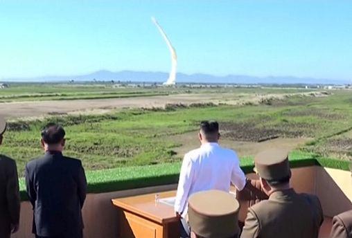 Запущенная КНДР ракета, возможно, упала в исключительной экономической зоне Японии - премьер Синдзо Абэ