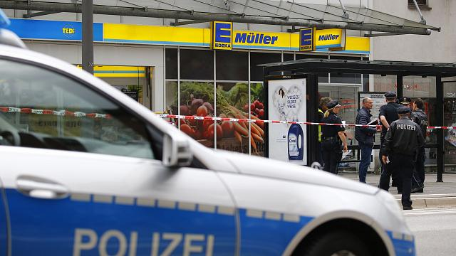 Exclusive: Eyewitness films capture of Hamburg supermarket attacker
