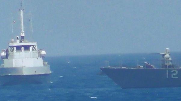 للمرة الثانية خلال اسبوع.. سفينة أمريكية تطلق طلقات تحذيرية تجاه زوارق إيرانية