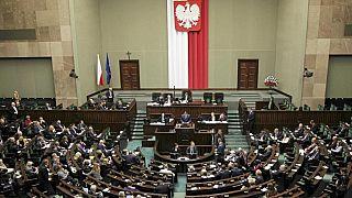 Bruselas saca tarjeta amarilla a Polonia, por considerar su reforma judicial discriminatoria