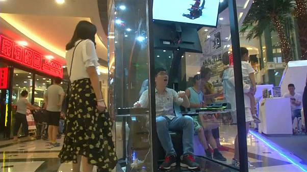 حجيرات العاب الفيديو حل للأزواج الفارين من التسوق مع زوجاتهم