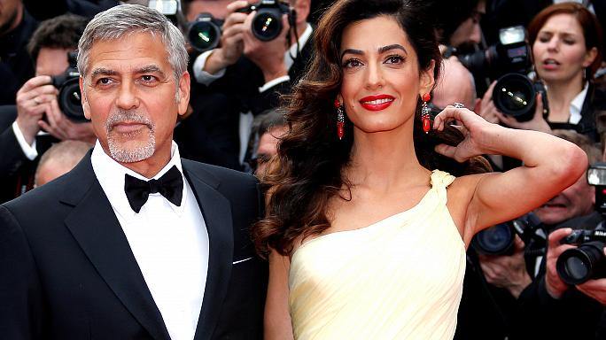 """جورج كلوني وزوجته يعتزمان مقاضاة مجلة """"فواسي"""" الفرنسية لنشرها صورة لتوأميهما"""