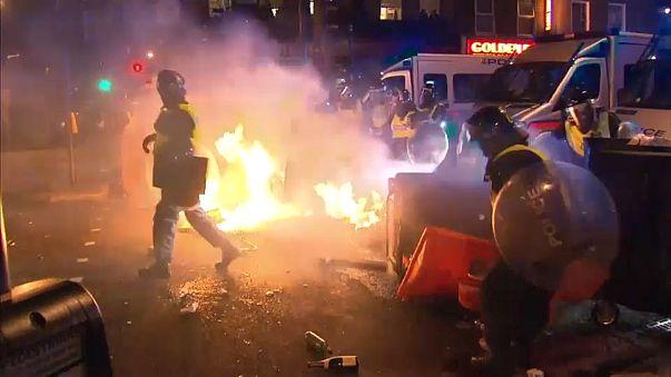 Manifestações contra polícia em Londres acabam em violência