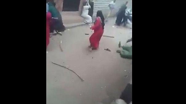 نساء ورجال في معركة طاحنة بشوارع مصر