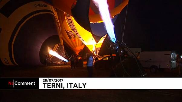 Italien: Heißluftballons am Abendhimmel