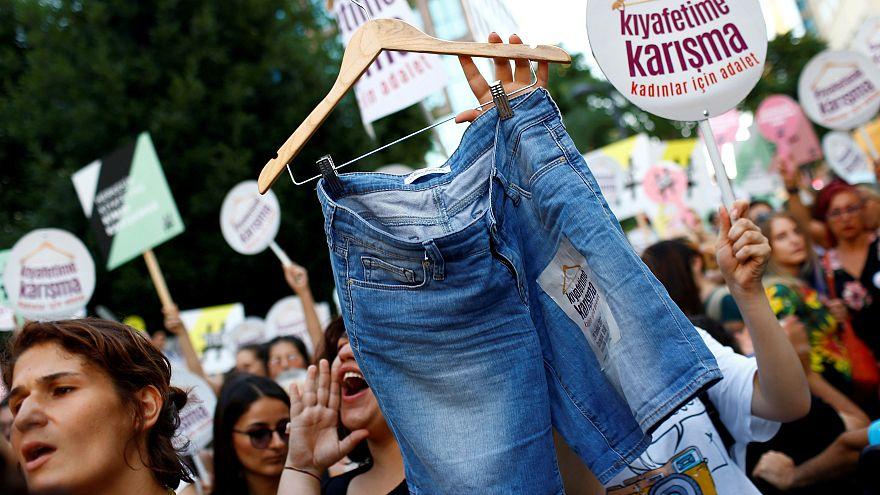 شعار زنان معترض در استانبول: با پوشش من کاری نداشته باش