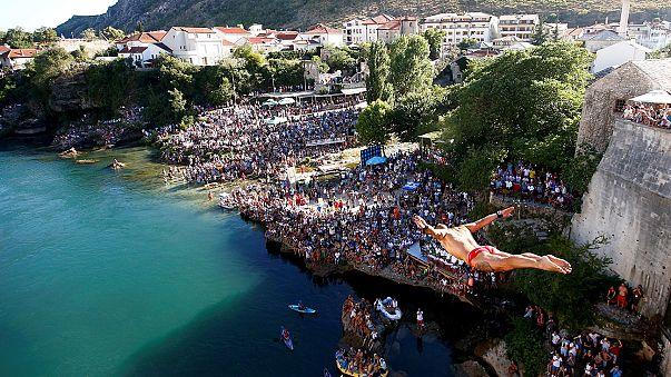 Bosnia: thousands watch Mostar bridge-jumping contest