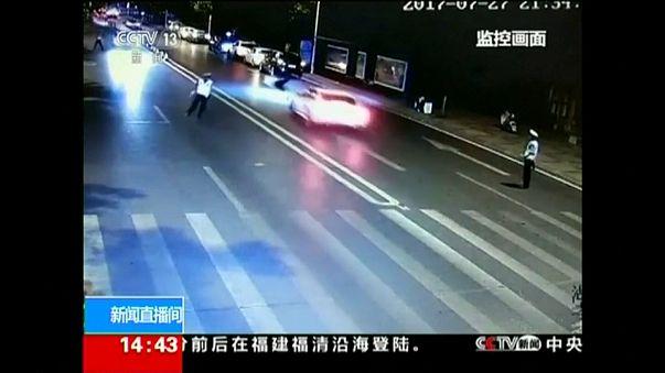 شاهد: سيارة ترمي شرطياً في الهواء وتلتقطه إطاراتها ...