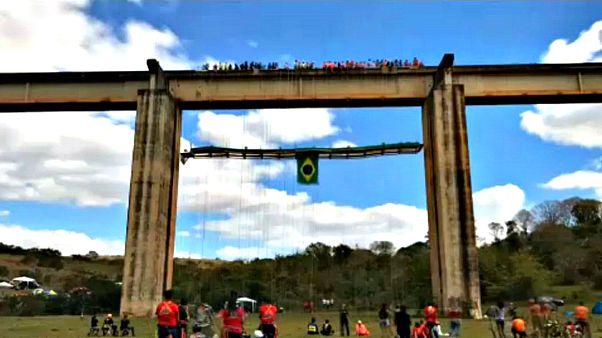 Brasileiros tentam o churrasco suspenso mais alto do mundo