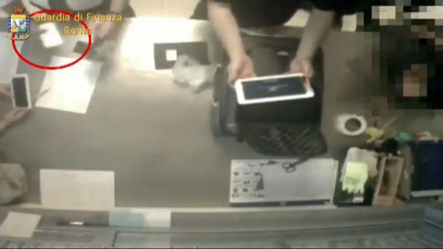 VIDEÓ: Így lop az utasok csomagjaiból a repülőtéri személyzet