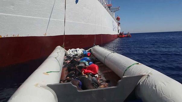 Bergung im Mittelmeer: Frachter nimmt 500 Menschen auf, acht Tote