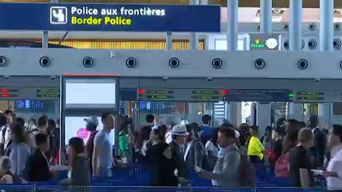Длинные очереди в аэропортах Европы