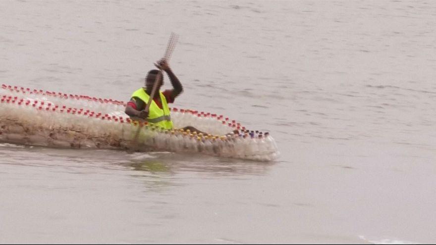 Boot aus Flaschen vor Kamerun