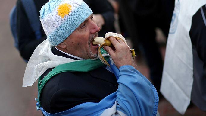 """""""الموز بالمجان"""" في الأرجنتين احتجاجا على استيراده من دول الجوار"""