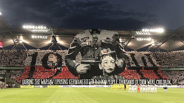 [VIDEÓ] Provokatív élőképpel emlékeztek a nácik áldozataira focidrukkerek