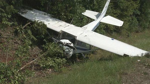 Самолет рухнул рядом с шоссе