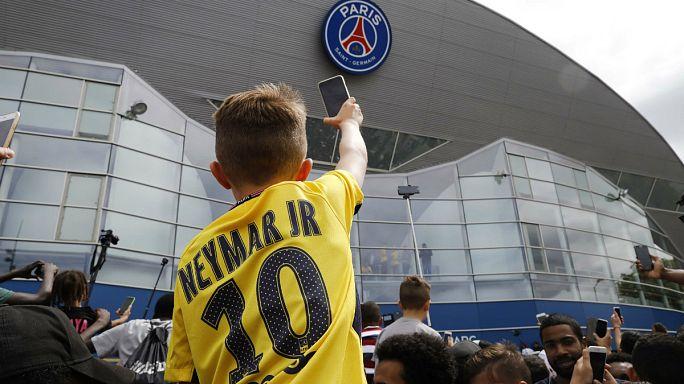 Camisolas do PSG com o nome de Neymar dão cor a Paris