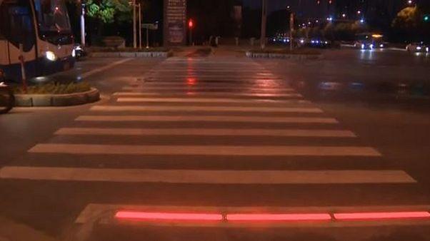 چین؛ چراغهای هشدار در کف خیابان برای موبایل بهدستها