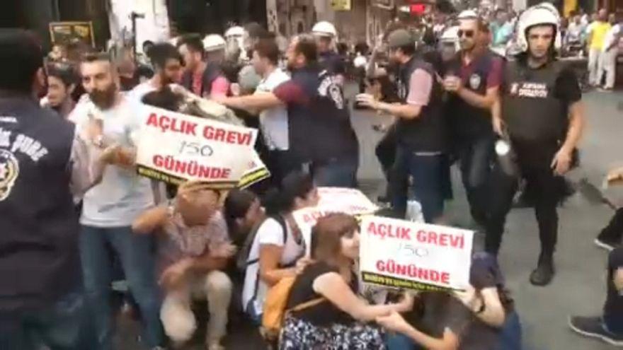 الشرطة تفض احتجاجات مساندة لأستاذين يضربان عن الطعام