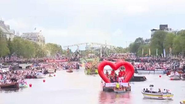 Défilé de bateaux pour la Gay Pride d'Amsterdam