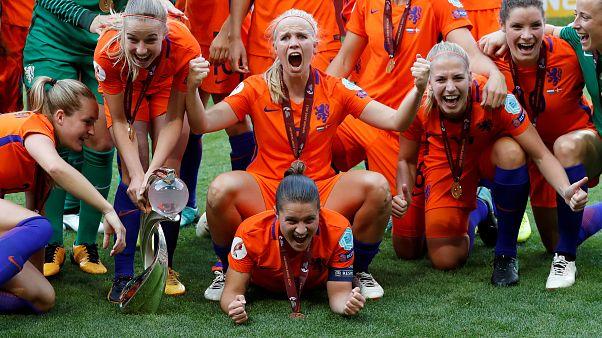 Tanz in Oranje: Niederländische Fußballerinnen feiern EM-Titel