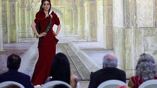 """ملكة جمال العراق ردا على تجريدها من اللقب: """"ياجبل مايهزك ريح"""""""