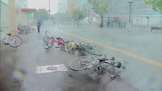 Ketten haltak meg a tájfun miatt Japánban