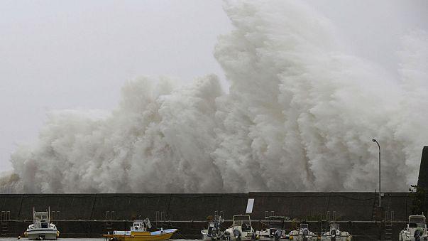 """Japonya'yı """"Noru"""" vurdu: 2 ölü, 15 yaralı"""