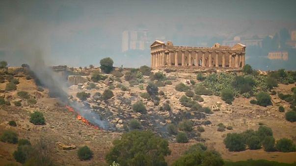 Már Agrigentónál is lángol a bozót Olaszországban
