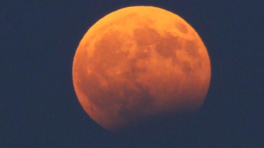 Eclipse de luna llena con tintes rojizos