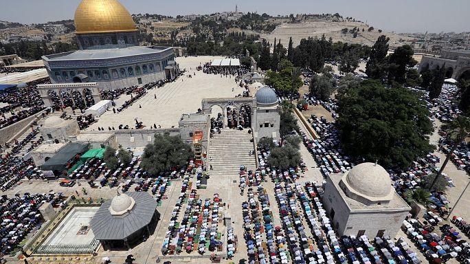 اسرائيل تضيق الخناق على الفلسطينيين وتجردهم من إقاماتهم في القدس