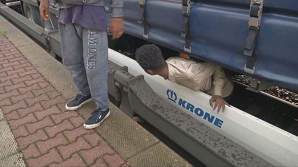 Flüchtlinge unter Güterzug-Waggons gequetscht