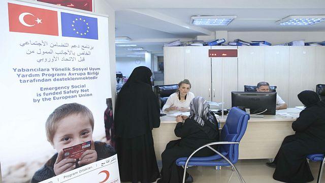 الاتحاد الأوروبي يقدم بطاقات دعم مادي للاجئين السوريين في تركيا