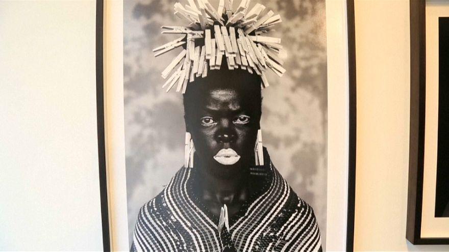صور شخصية للفنانة زانيلي موهولي تظهر معاناة المرأة في جنوب إفريقيا