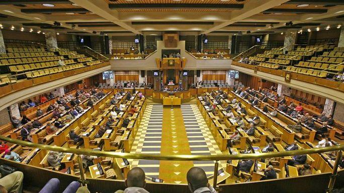 Oposição quer dissolver parlamento depois de rejeitada moção contra Zuma