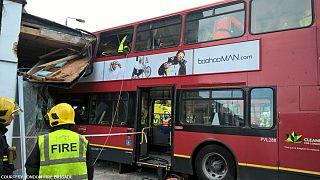 Londra: bus contro negozio in centro