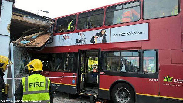 Kirakatba rohant egy londoni busz