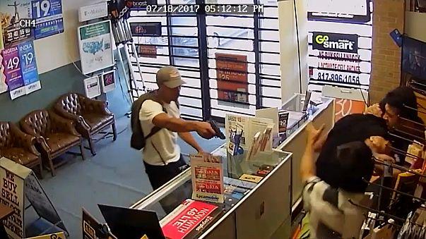 شاهد: أرادا سرقة المتجر.. فأوسعهما ضربا