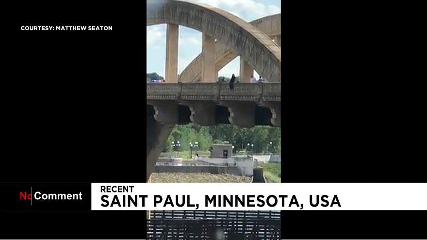 Une femme échappe de peu à la mort sur un pont du Minnesota
