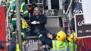 Londra'da yolcu otobüsü binalara çarptı