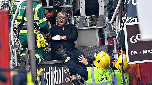 Emeletes busz ütközött egy üzletnek Londonban