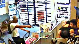 Teksas: Mağaza çalışanları silahlı soyguncuları yaka paça dışarı attı