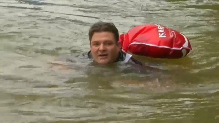 شاهد.. ألماني يذهب إلى عمله سباحة