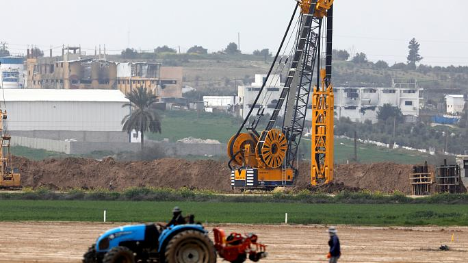 """إسرائيل ماضيةٌ في بناء جدار حول غزة وتحذر """"حماس"""" من عرقلة العمل"""